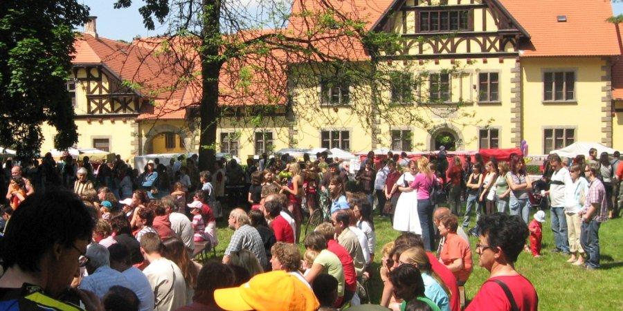 slatiňanské pozastavení -davy lidí před hřebčínem