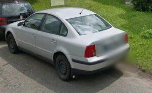 Odstavený stříbrný Volkswagen v Tyršově