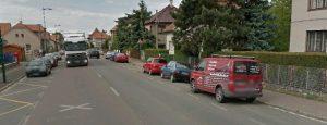 Návrh: Vyčlenit část krajnice TGM v okolí obchodu Málek pro dočasné parkování