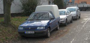 Odstavená modrá Škoda v Tyršově