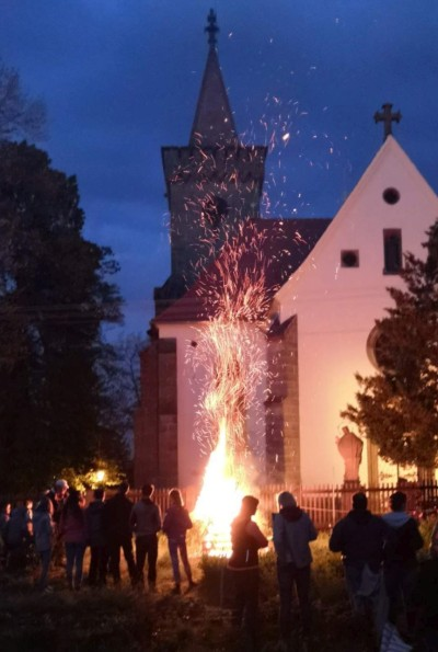 kostel sv. Martina večer osvětlený ohněm