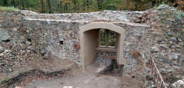 Rabštejn - okno na západní stěně po opravě - pohled zevnitř
