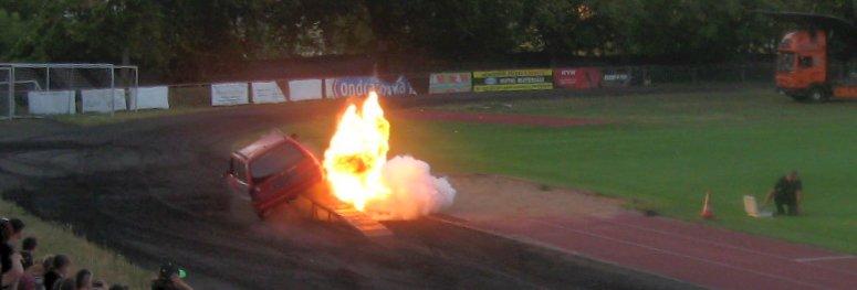 autorodeo - kaskadéři - odpálené auto bazukou