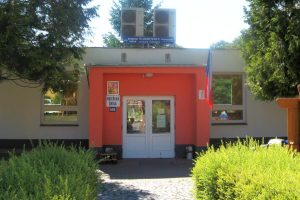 vstup mateřské školy ve Slatiňanech s vyvěšenou jen českou vlajkou