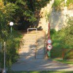 průchod Výmolem schody od řeky