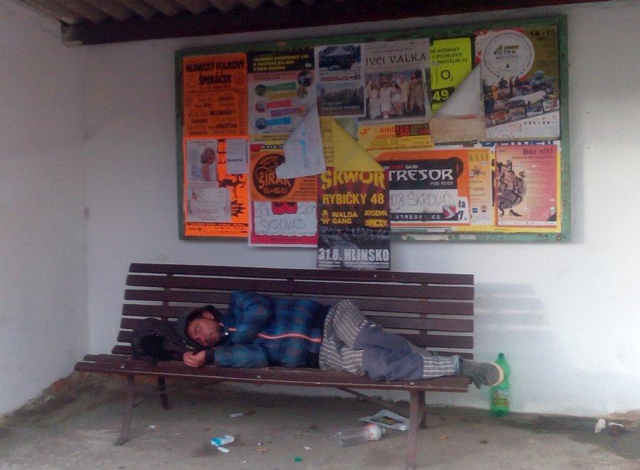 bezdomovec na zastávce Sokolovo 2019/10