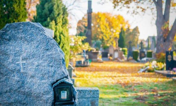 náhrobek na podzimním hřbitově