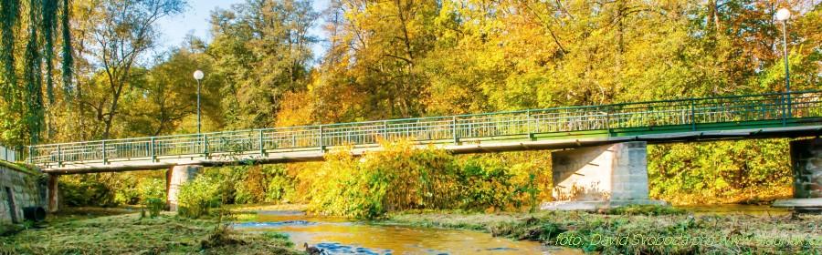 lávka přes řeku pod zámkem ve Slatiňanech