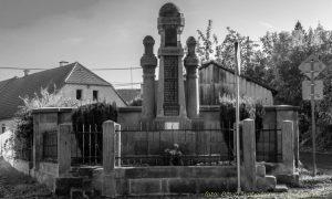 Téma: Pomník obětem světových válek ve Škrovádě na návsi