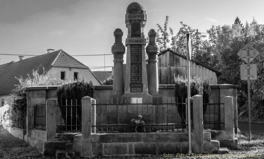 pomník a památník na návsi ve Škrovádě - černobíle