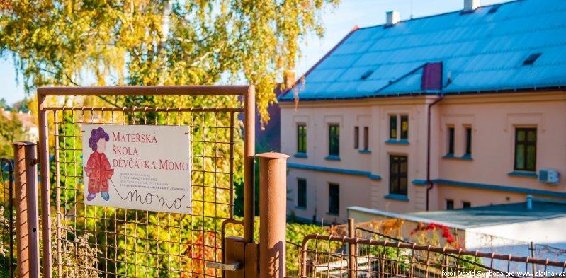 mateřská škola Děvčátka Momo ve Slatiňanech - horní branka s cedulkou