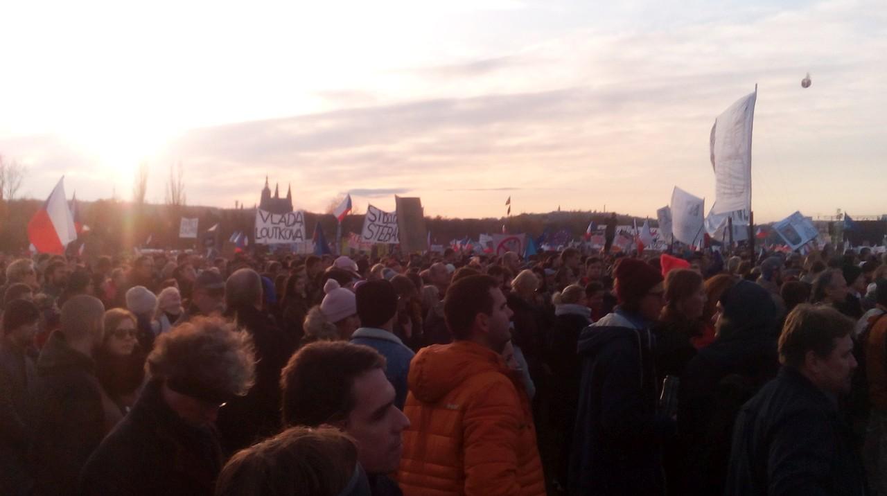demonstrace letná, západ slunce a hrad v pozadí
