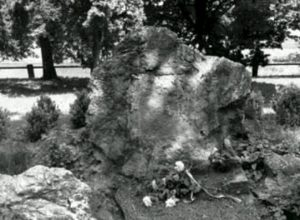 Ukradena bronzová deska z pomníku
