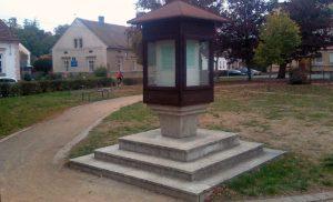 Téma: Vitrína v parku před školou