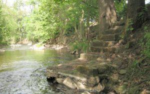 Téma: Schody do řeky u křižovatky Škrovádská a Škrovádské nábřeží