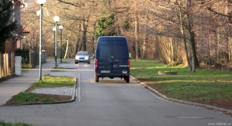 Slatiňany - Škrovádská ulice podle Olšiny - jednopruhový obousměrný provoz