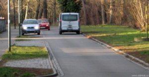 Slatiňany - Škrovádská ulice podle Olšiny - vyhýbající se auta na úzké silnici - jednopruhový obousměrný provoz