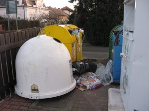 Téma: Přeplněné zvony na tříděný odpad