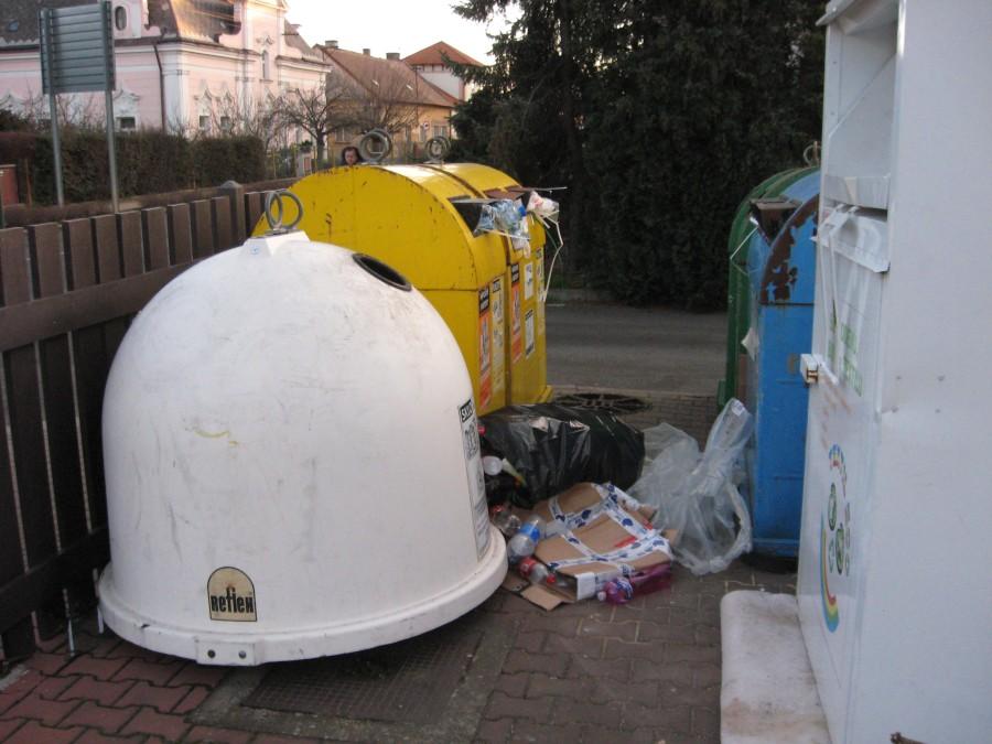 přeplněné kontejnery na plast a kartony u Géčka
