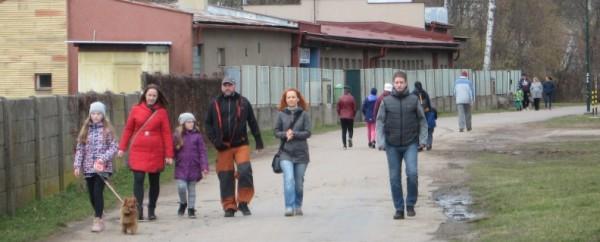 skupiny chodců před plovárnou na Škrovádském nábřeží