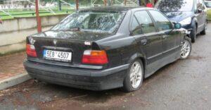 Odstavený černý BMW v Neumannově
