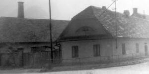 Obytný dům na místě géčka a kovárna v pozadí Slatiňany.