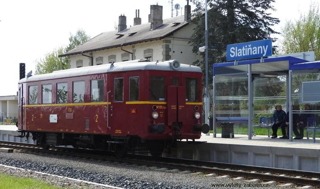 historický motorák na nádraží Slatiňany
